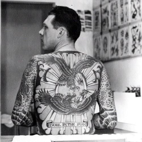 tatuaje-clásico-espalda-lil-tuttle-tatuado-por-bert-grimm