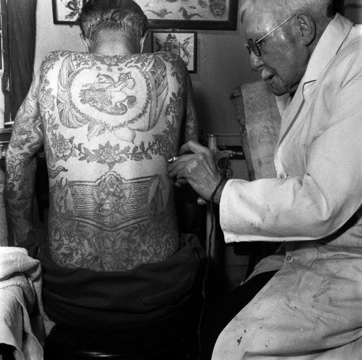 tatuaje-clasico-espalda-George-Burchett-tatuando